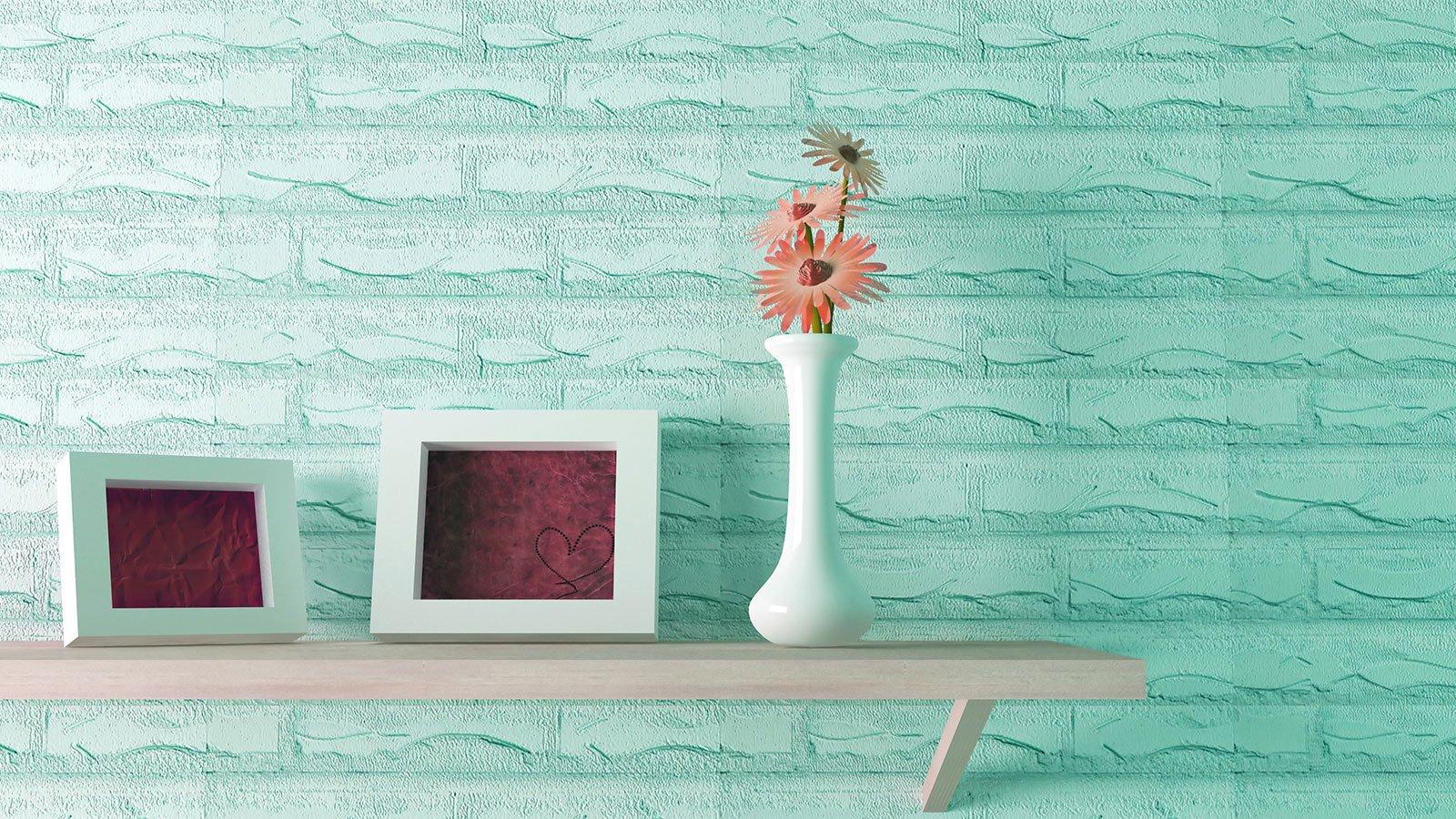 vaso e cornice su una tavola di legno