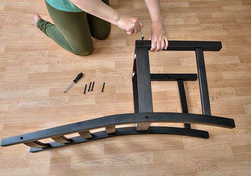 tecnico ripara una sedia