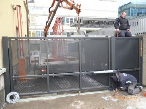 Cancello ad anta con rete fils e forata Trento 2012