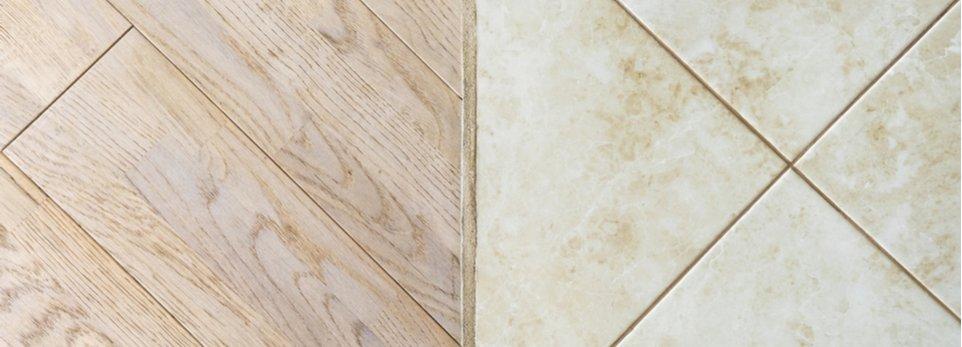 contronto di un pavimento in legno e uno in ceramica
