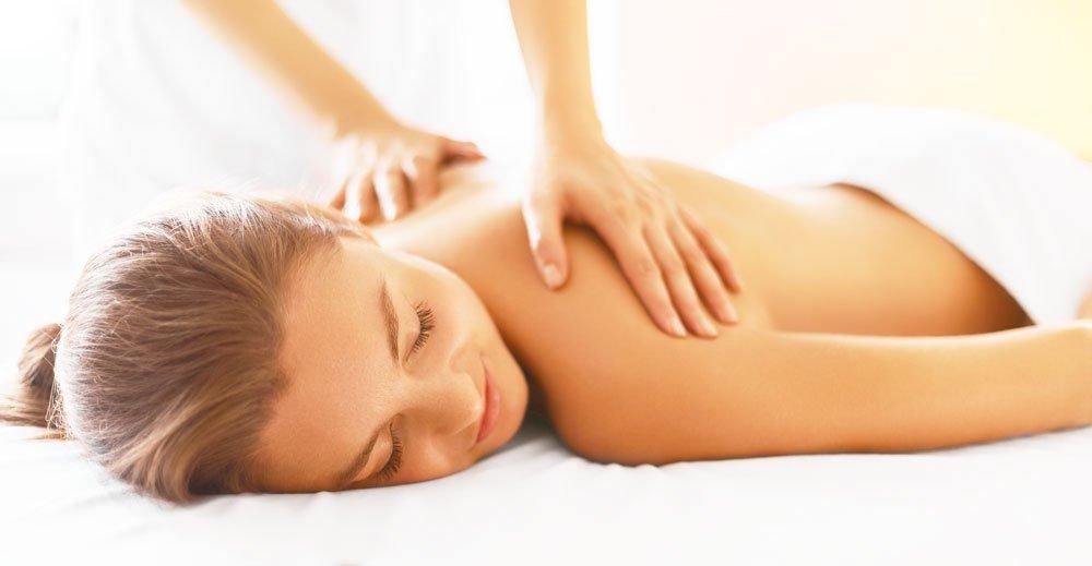 una donna sottoposta a un massaggio
