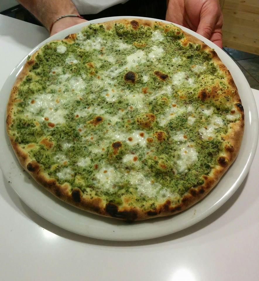 Pizza senza glutine con broccolori e mozzarella