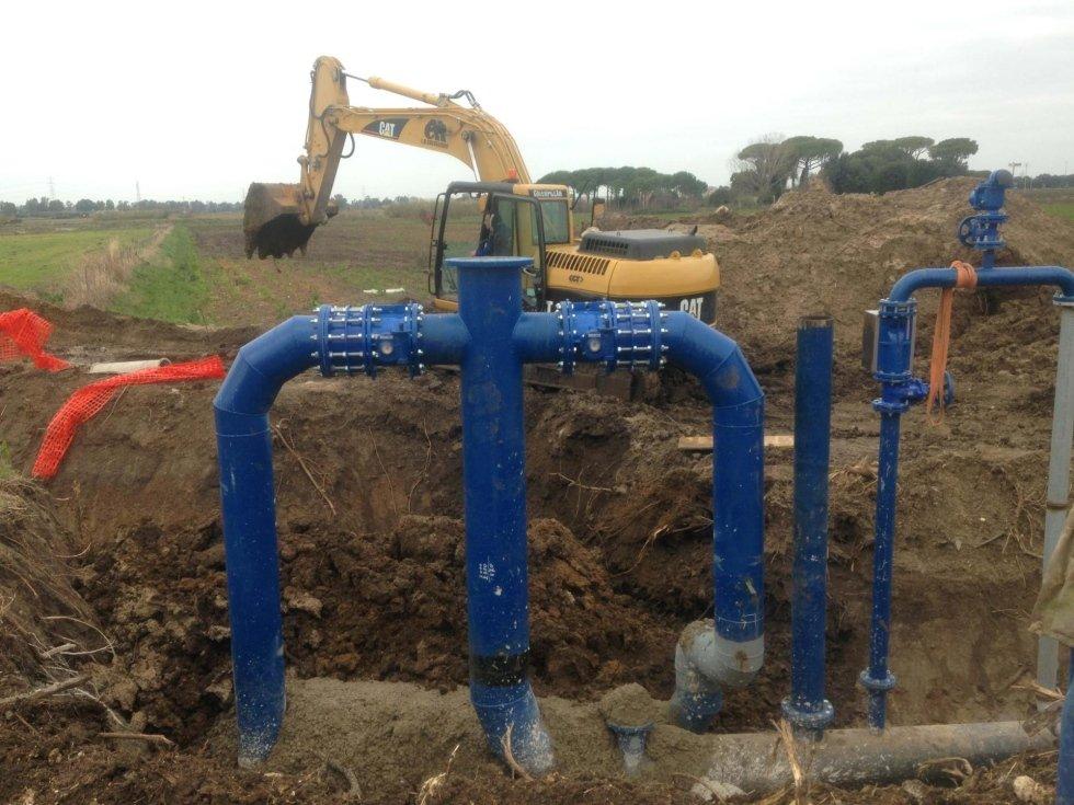 ristrutturazioni di acqua conduttura con scavatrice