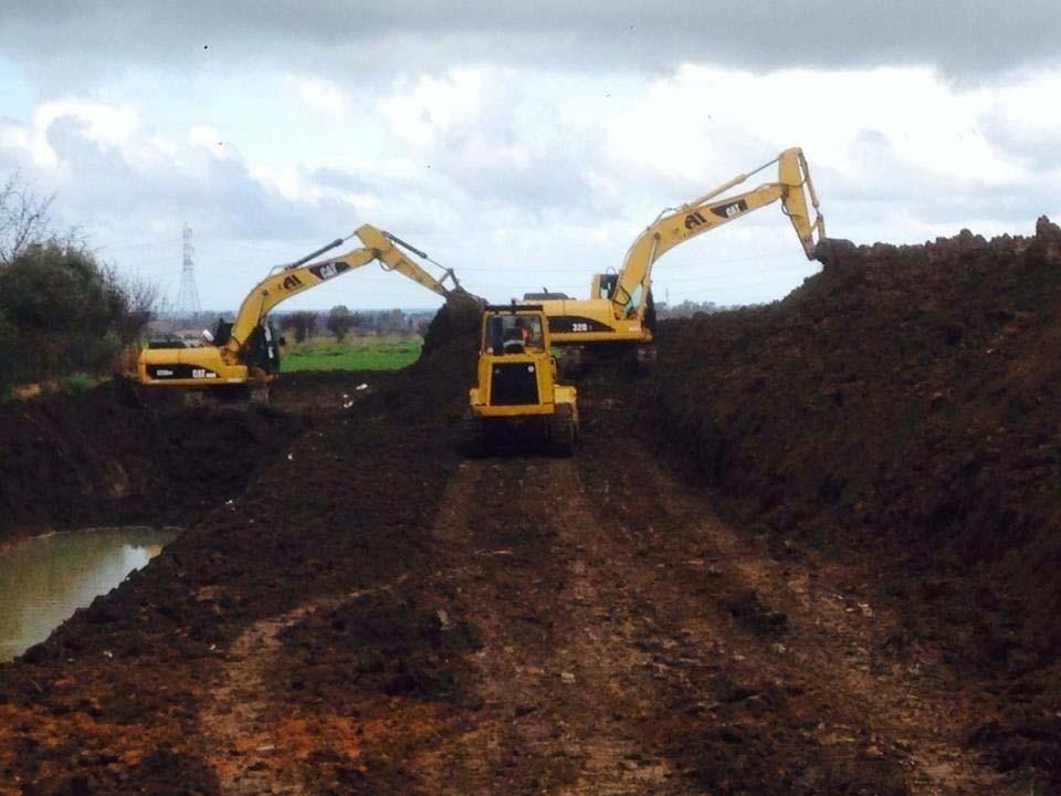 costruzione di strada con escavatori