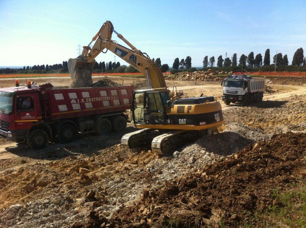 movimento terra, camion durante lavoro in un campo