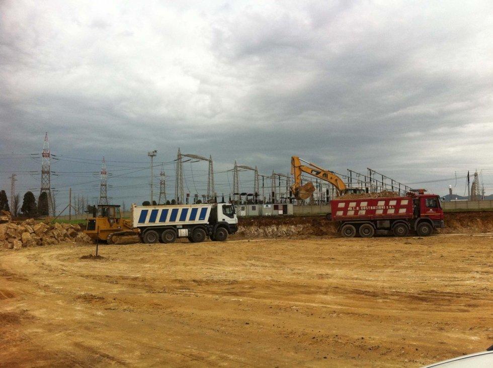 camion e escavatore in un cantiere su sfondo cielo