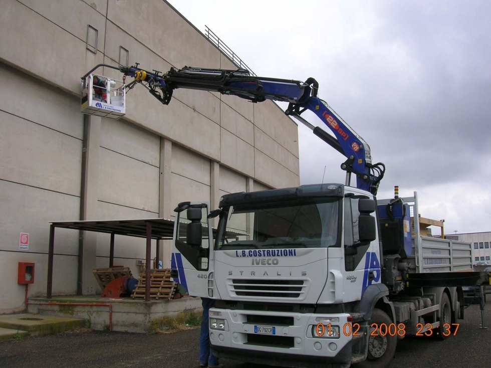 camion con gru durante ristrutturazione edificio