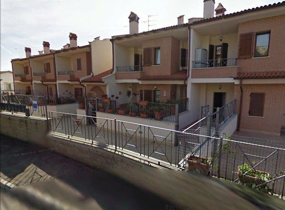 vista esterna di case con ringhiera in ferro
