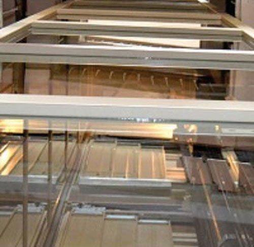 vista delle scale e accanto della struttura in ferro dell'ascensore