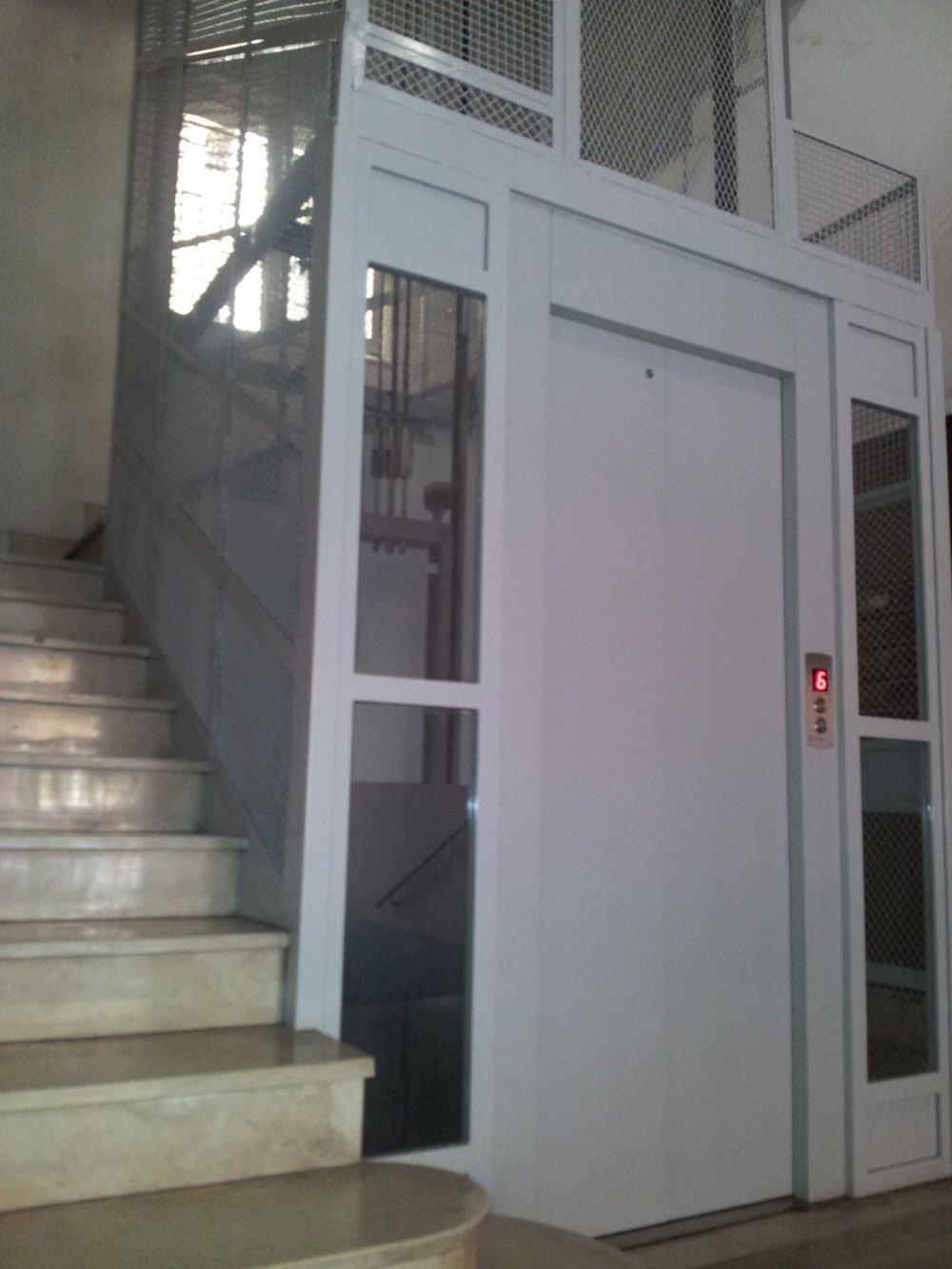 vista delle scale e accanto dell'ascensore in acciaio