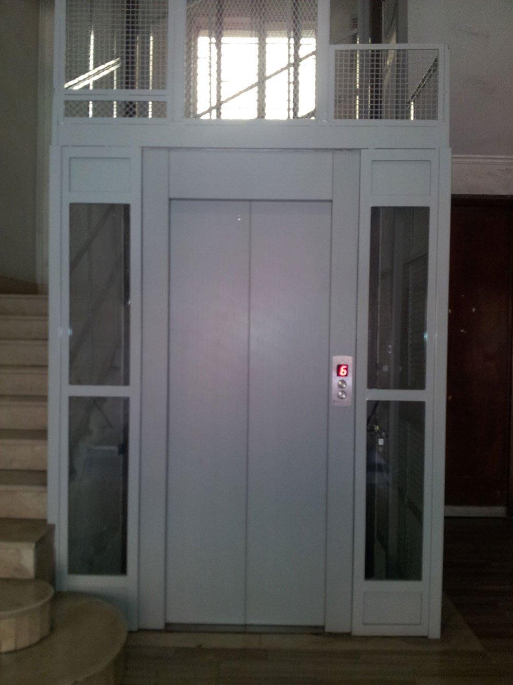 vista frontale della porta di un ascensor