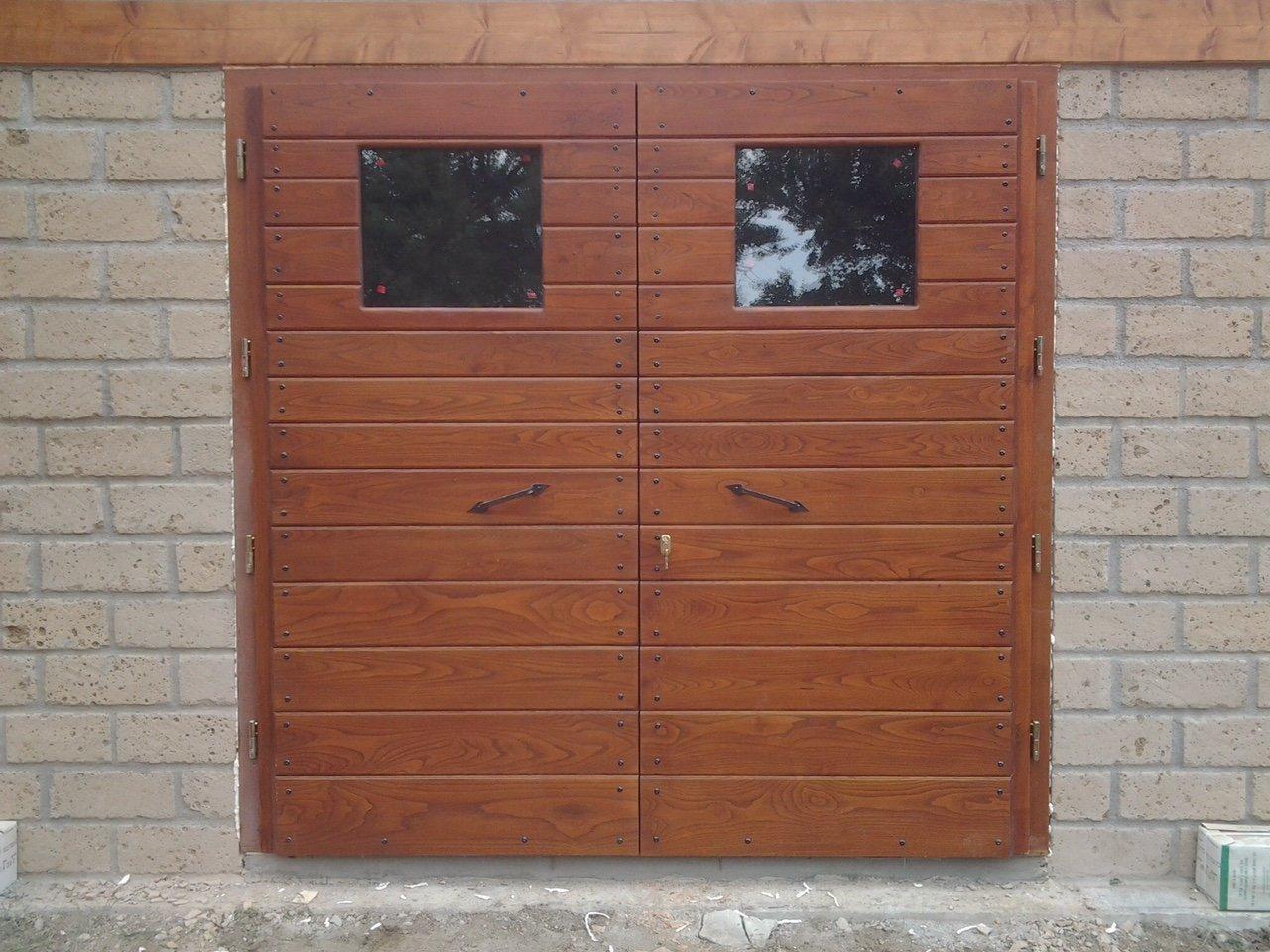 una porta per esterni in legno