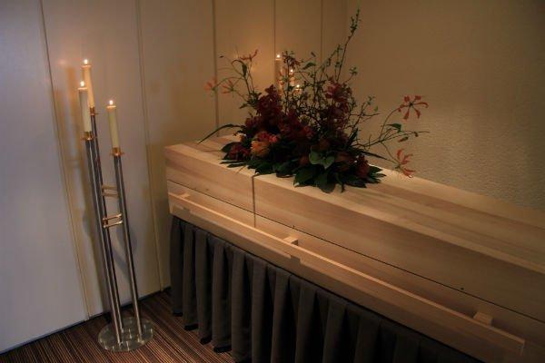 addobbo floreale su cofano in legno