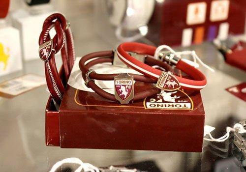 dei braccialetti della squadra di calcio Torino