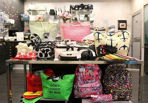 delle borse e degli zaini multicolore