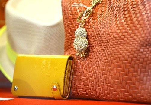 un portafoglio di pelle giallo e una borsa arancione