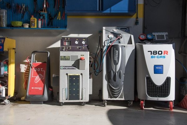 dei macchinari per ricaricare l'aria condizionata delle macchine