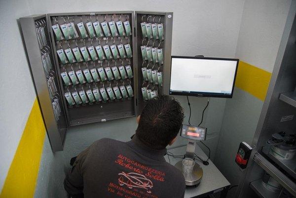 un meccanico che guarda un monitor