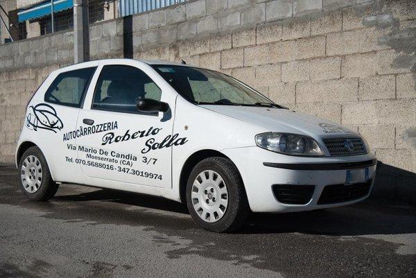 una Fiat Punto bianca con scritto Roberto Solla