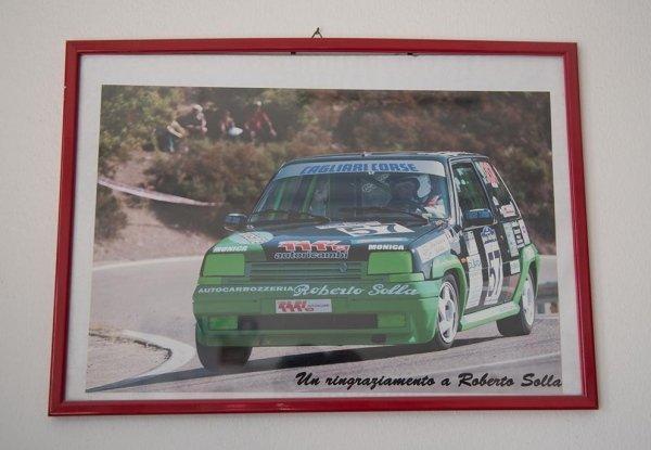 una macchina verde da corsa con scritto Roberto Solla e altri sponsor