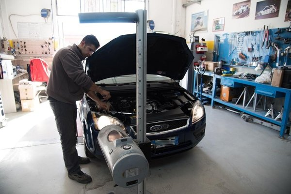 un meccanico al lavoro su una macchina