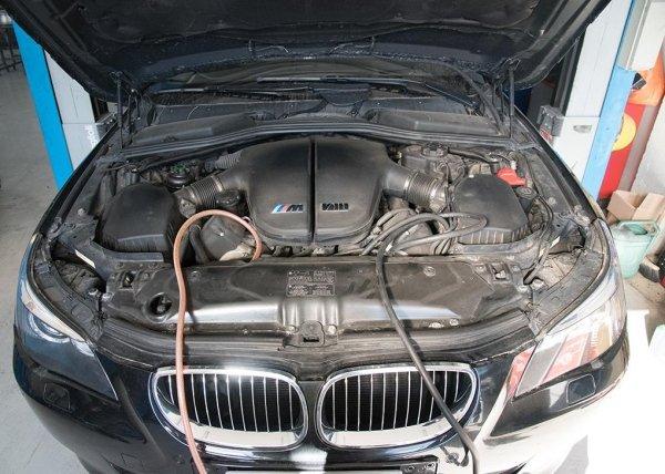 una BMW che ricarica l'aria condizionata