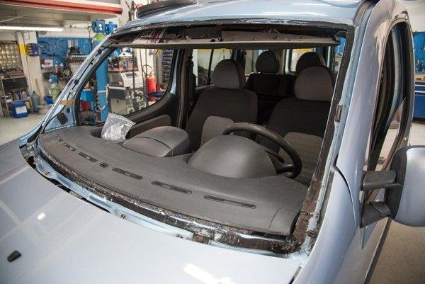 una macchina con il vetro anteriore smontato