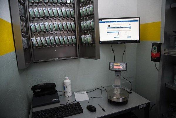 una postazione con monitor e tastiera