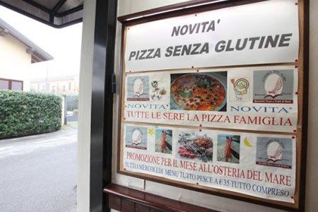 un cartello con scritto novita' pizza senza glutine