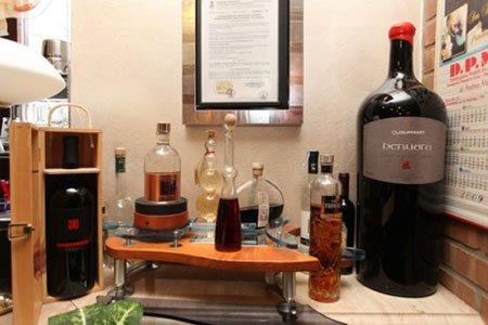 delle bottiglie di vino e altro
