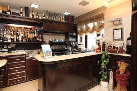 vista del bancone e dell'angolo bar