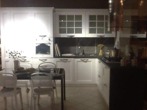 Idea di cucina bianca con top nero