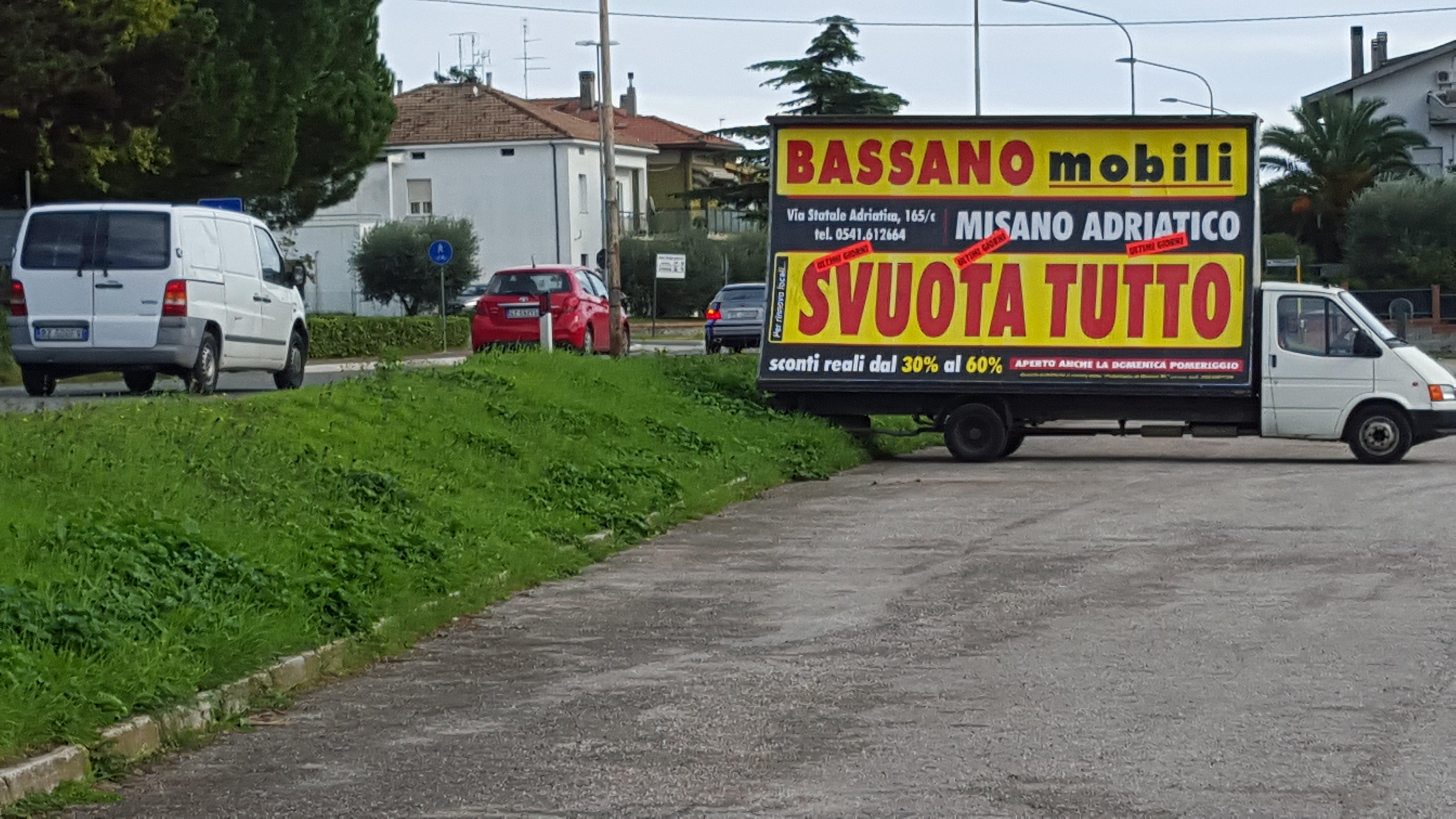 un camion con una pubblicità'