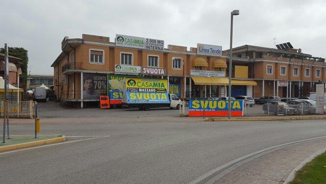 furgone pubblicitario parcheggiato