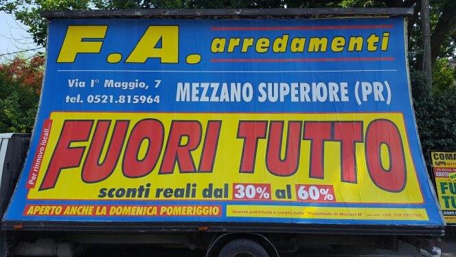 furgone con cartellone pubblicitario blu e giallo