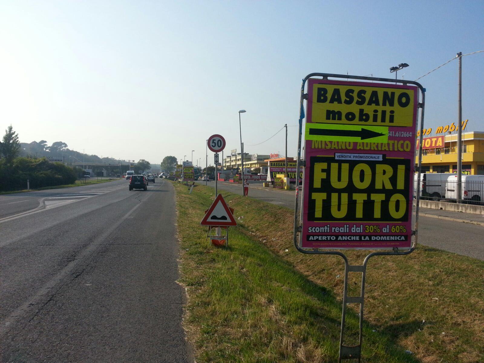 pubblicità a bordo strada