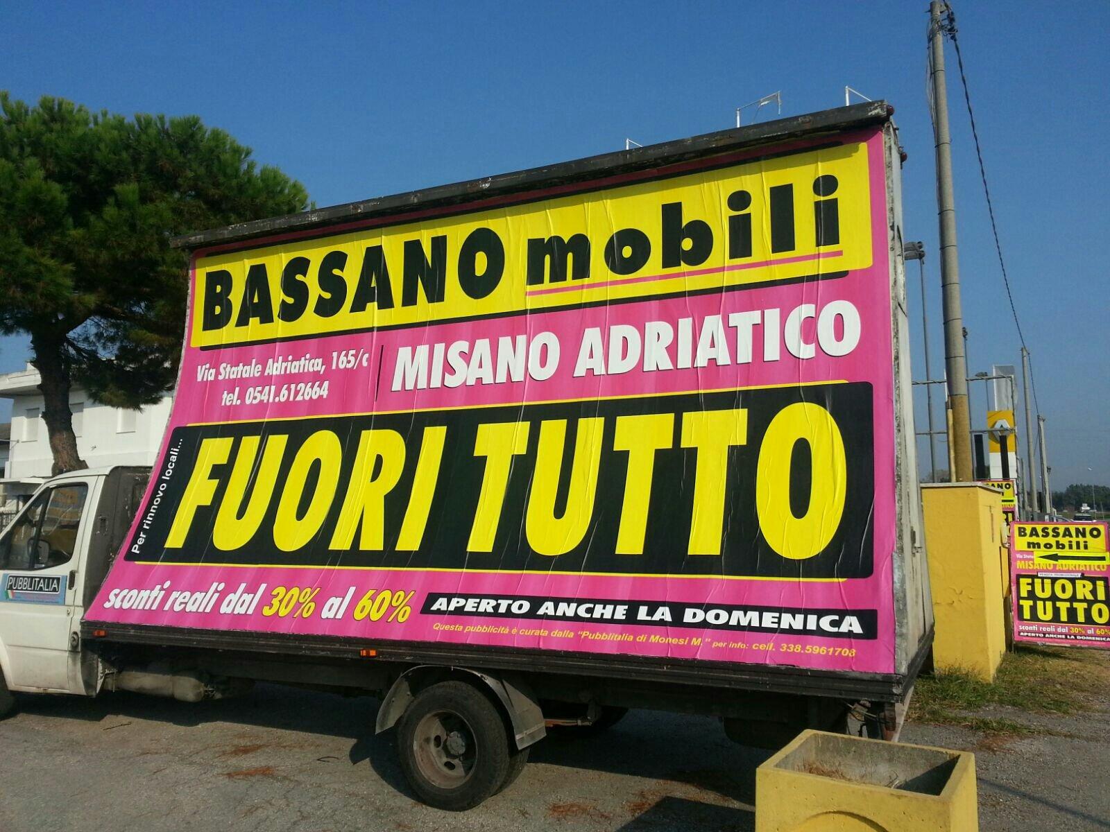 furgone con cartellone pubblicitario giallo e rosa