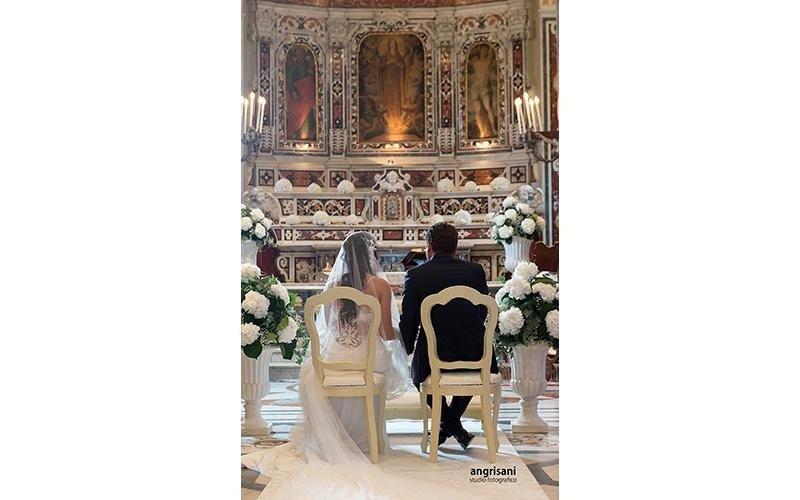 due sposi in una chiesa