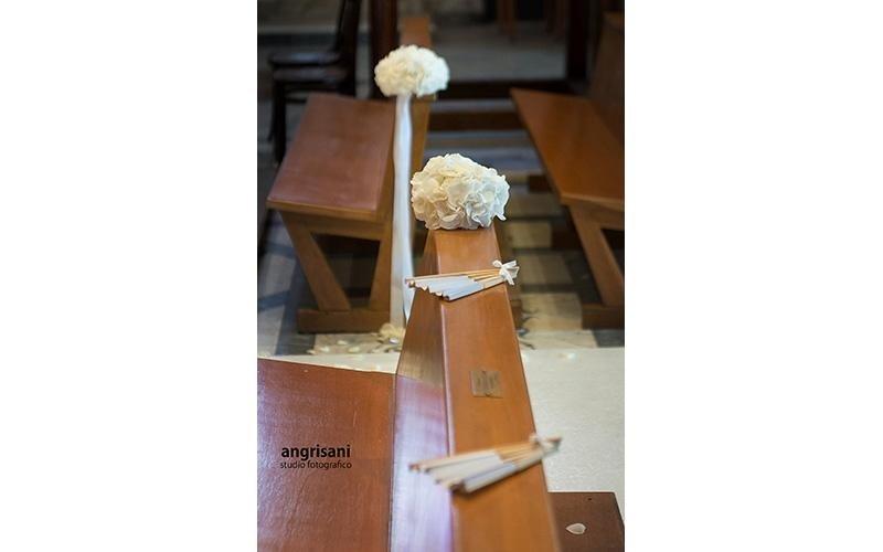 addobbi floreali in una chiesa