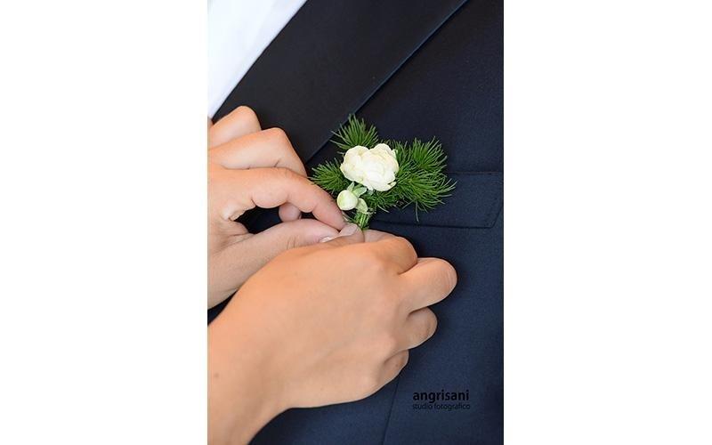 due mani e un fiore