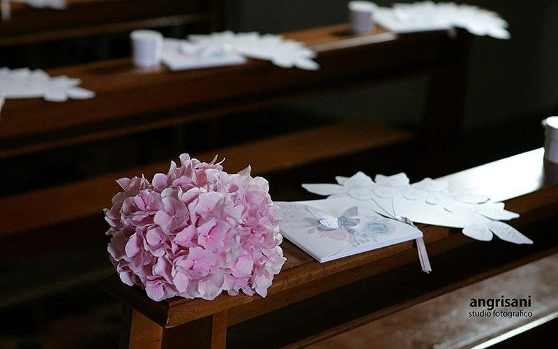 bouquet su banco di una chiesa