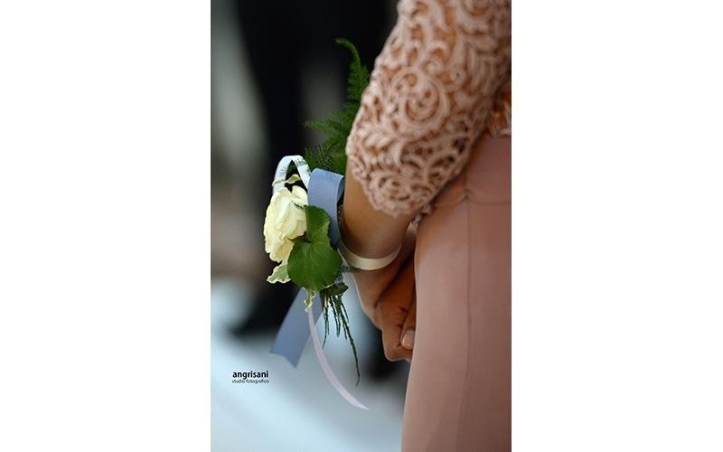fiori al polso di una donna