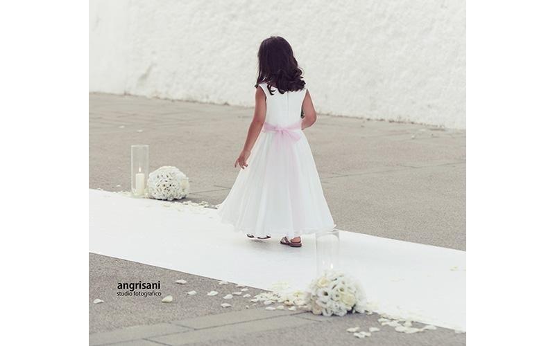 bambina vestita di bianca