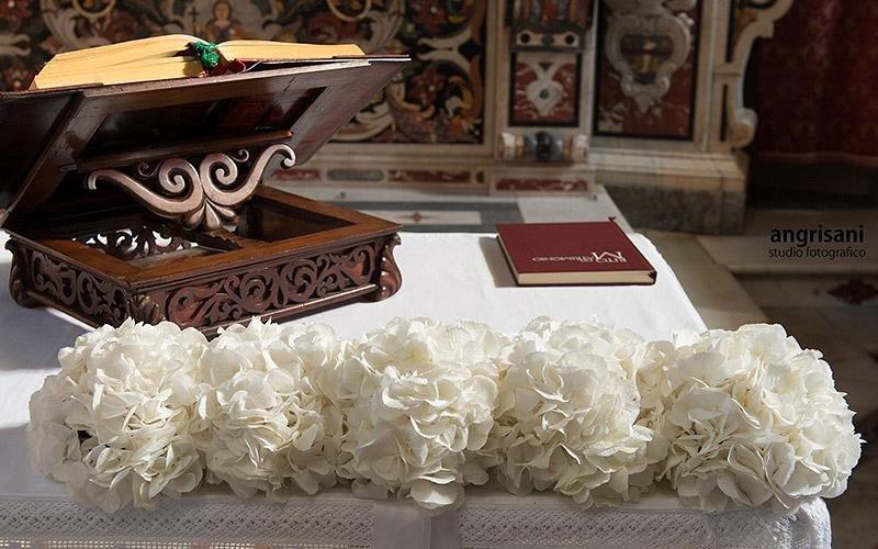 fiori e libro su un altare