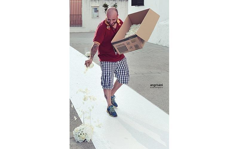 uomo che porta un pacco