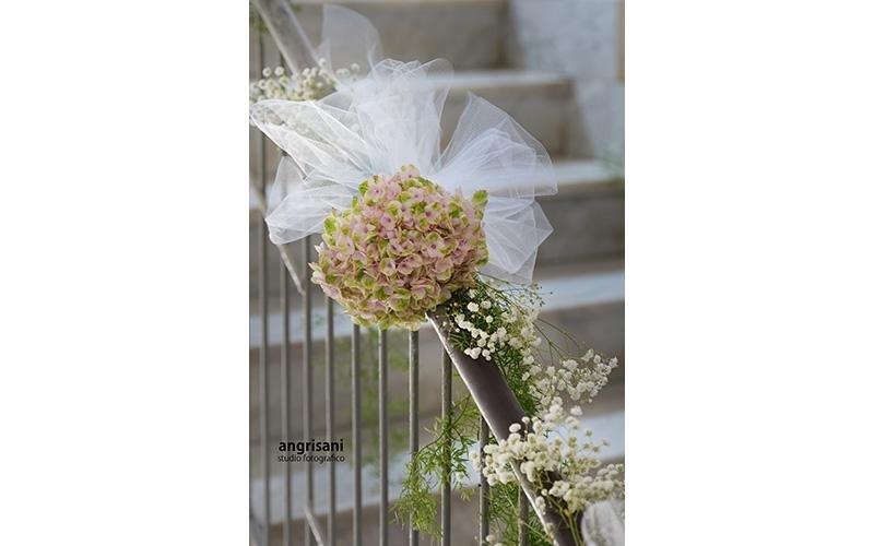 ringhiera con addobbi floreali