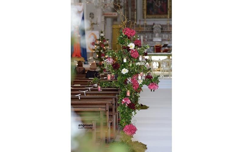 interno di una chiesa con addobbi floreali