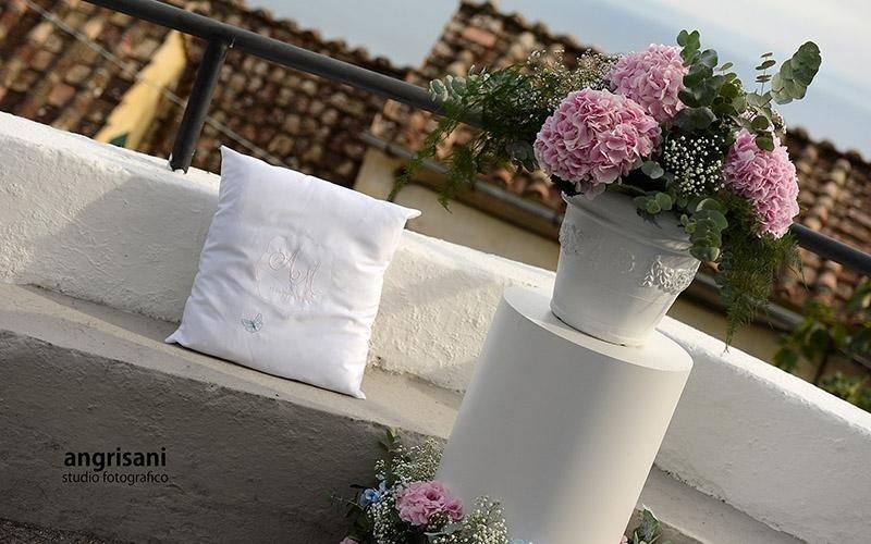 divano con addobbi floreali