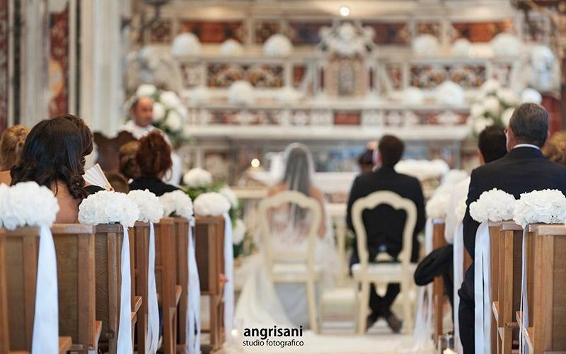 due sposi in una chiesa addobbata