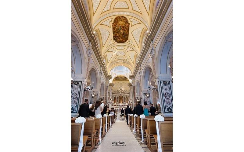 chiesa allestita per matrimonio